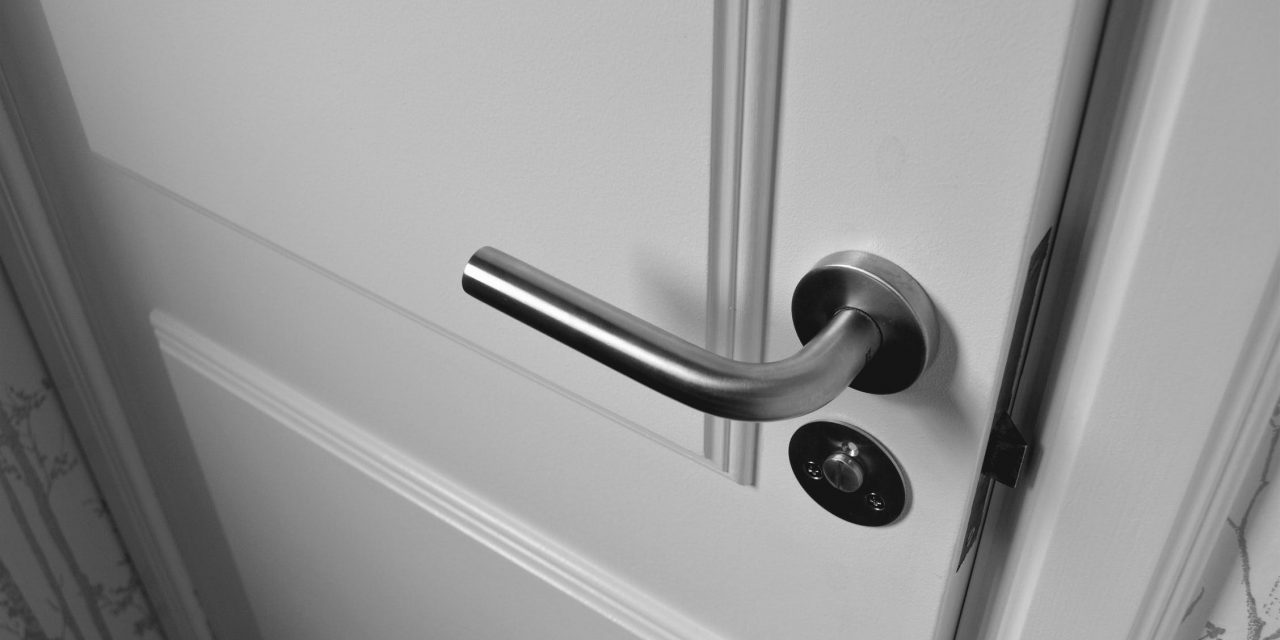 Comment condamner une porte sans l'enlever : voici quelques étapes primordiales