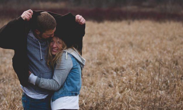 Comment savoir si un garçon timide vous aime bien : comment deviner ?